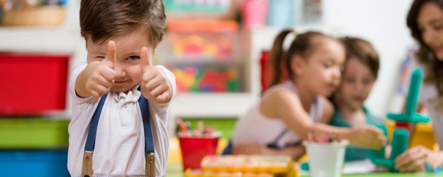 Kindergartenkind posiert