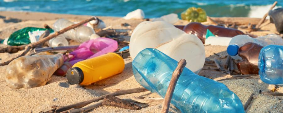 Plastikmüll an einem Strand