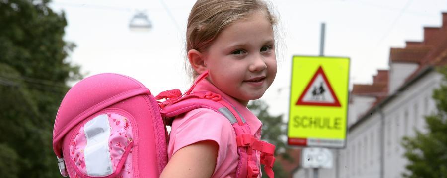 Mädchen am Schulweg