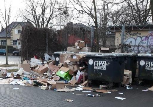 Illegale Ablagerung von Altpapier neben einem Müllcontainer in Hohen Neuendorf (Brandenburg). Dort wurden die Container inzwischen entfernt.