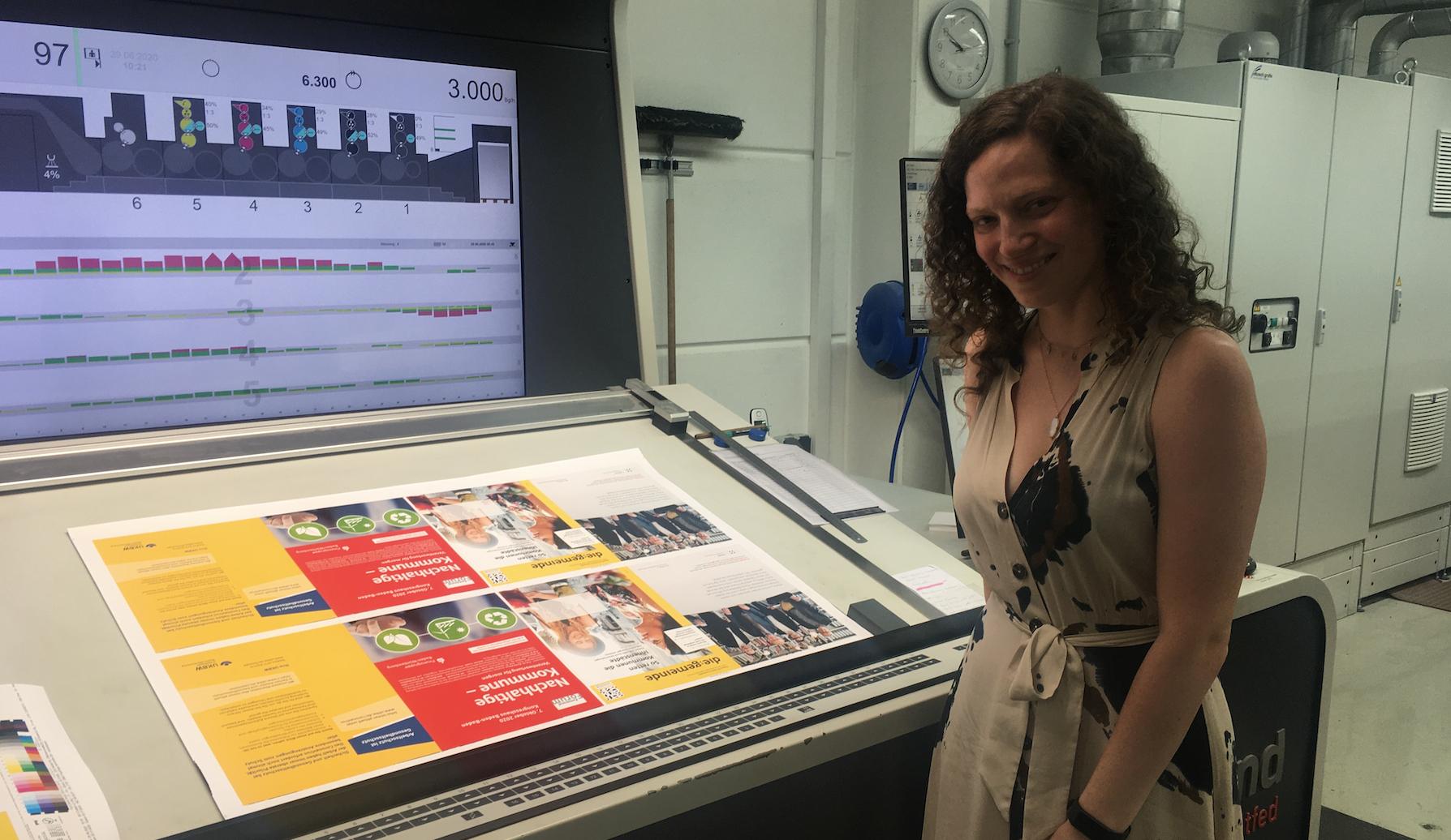 Rebecca Piron, langjährige Redakteurin bei KOMMUNAL wird neue Chefin vom Dienst für die:gemeinde in Stuttgart - beim Andruck der Erstausgabe war sie in der Druckerei dabei