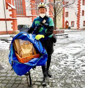 Bücherservice in Würzburg: Mann bringt Medien per Rad.