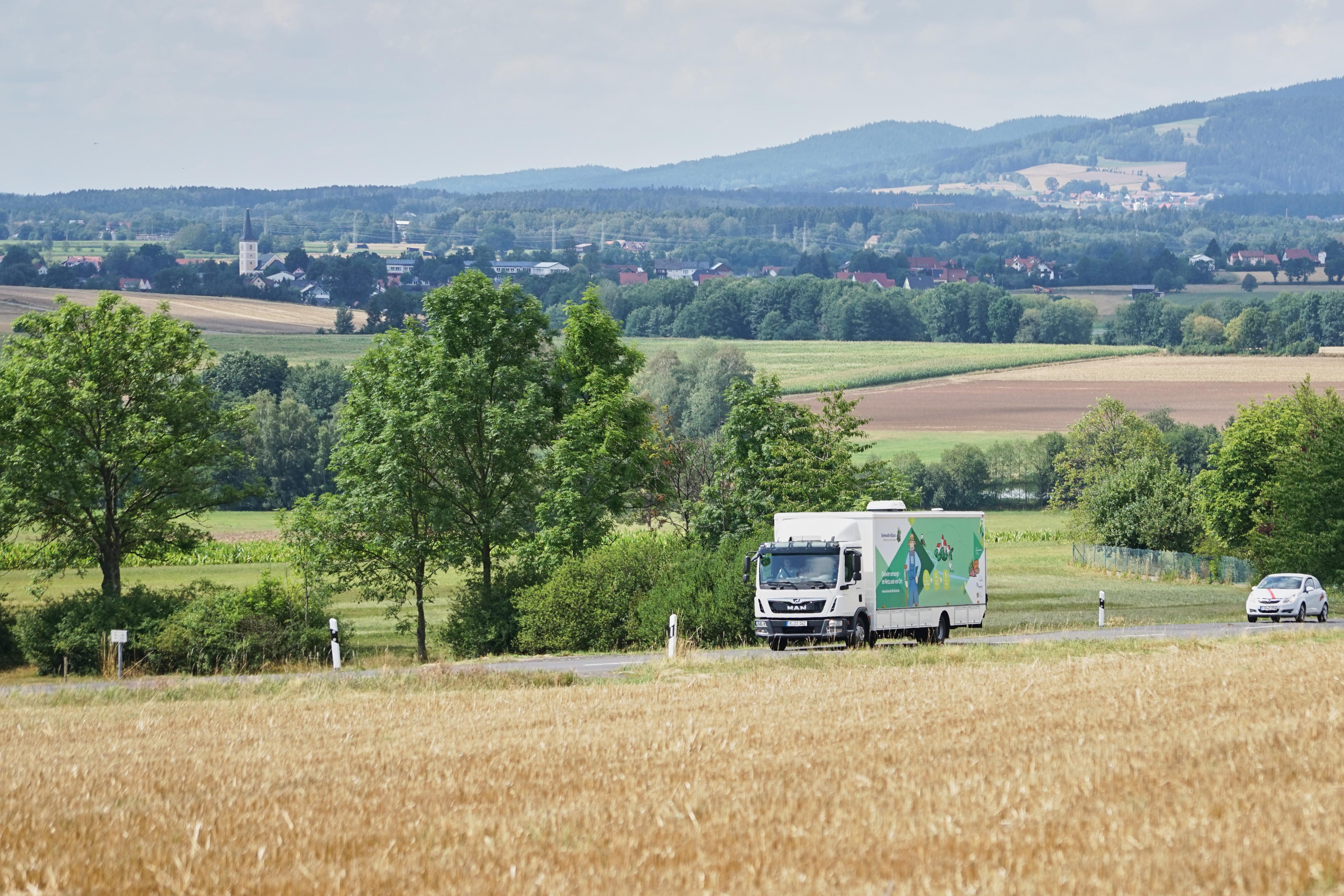 Mobiler Dorfladen unterwegs von Dorf zu Dorf (c)Martin Schmid