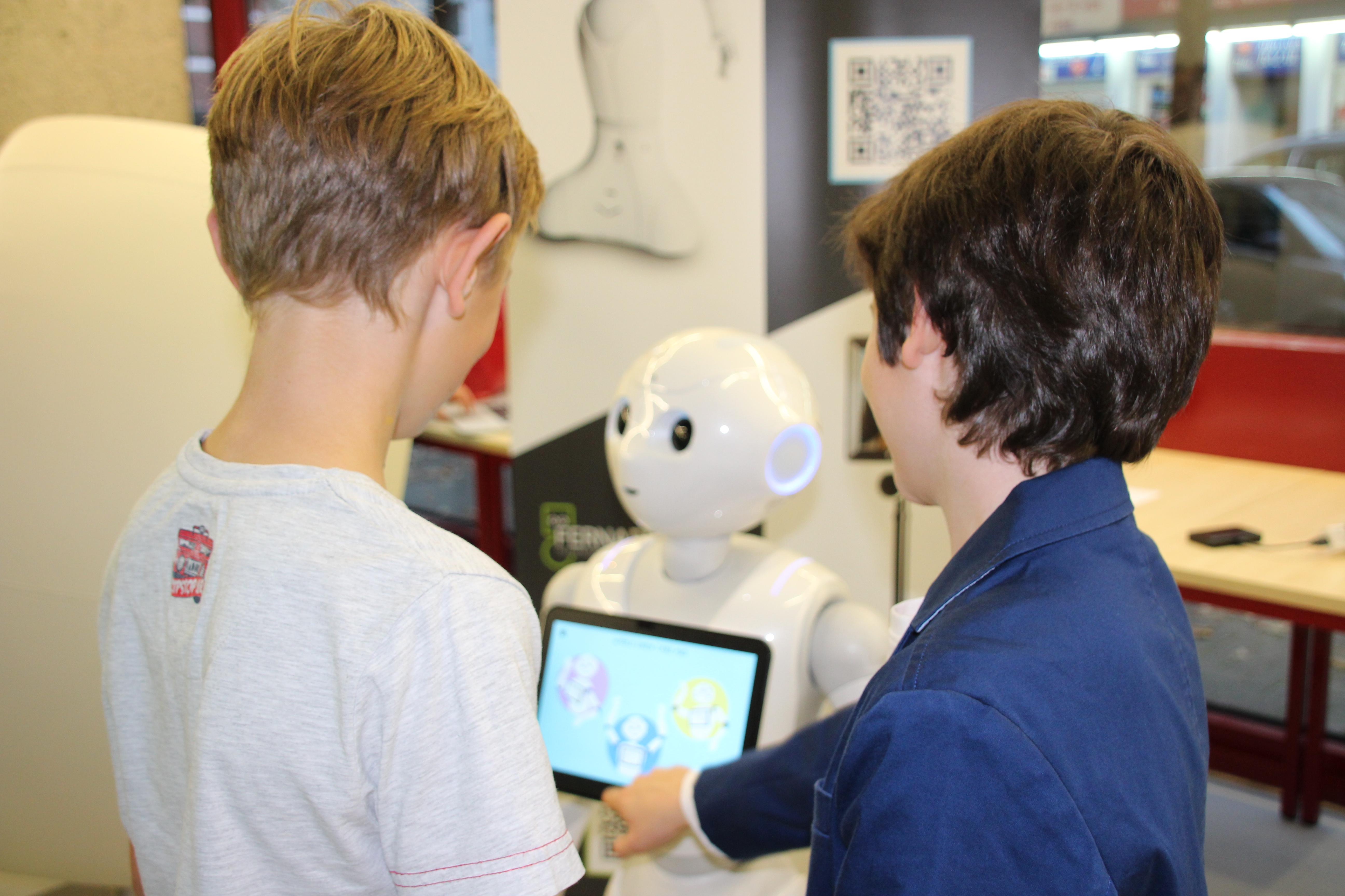 Beim MINT-Festival der Bibliothek Köln, ist Roboter Pepper eine wichtige Attraktion.