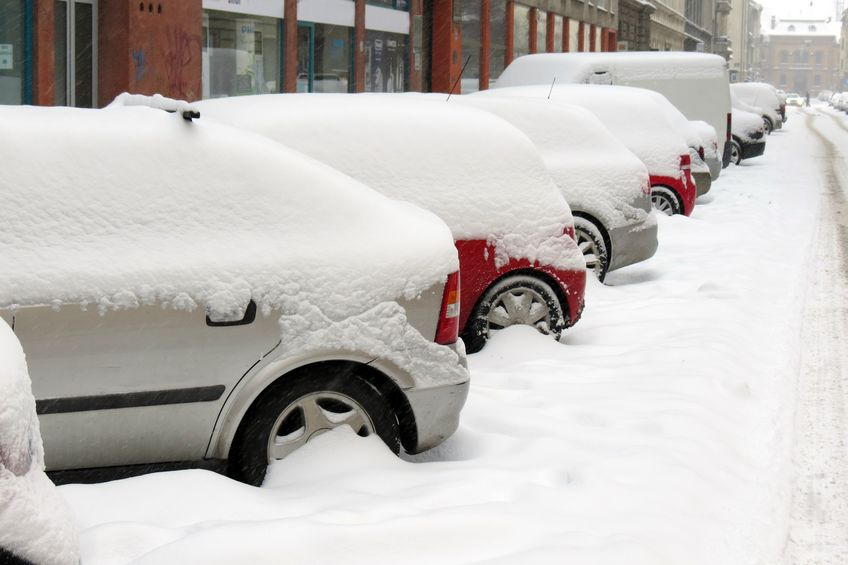 Autos müssen ebenfalls vor Fahrtantritt komplett vom Schnee befreit werden!