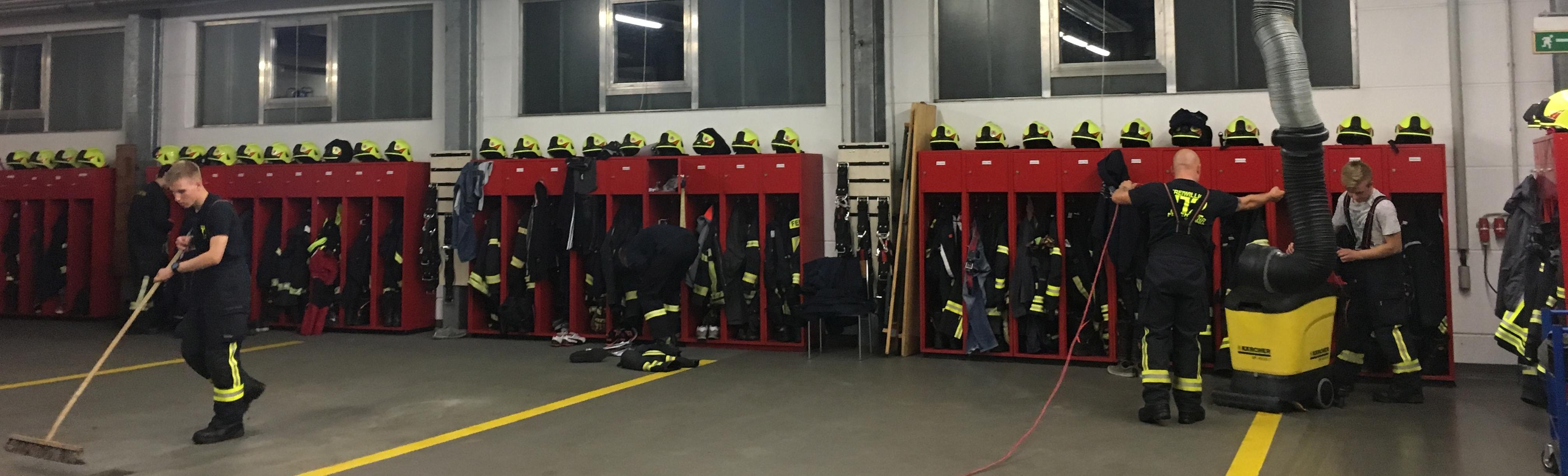 Die Gerätepflege ist nicht die spannendste Aufgabe der Freiwilligen Feuerwehr, aber sie ist essentiell wichtig, damit die Feuerwehrleute jederzeit vertraut mit ihrem Gerät sind.