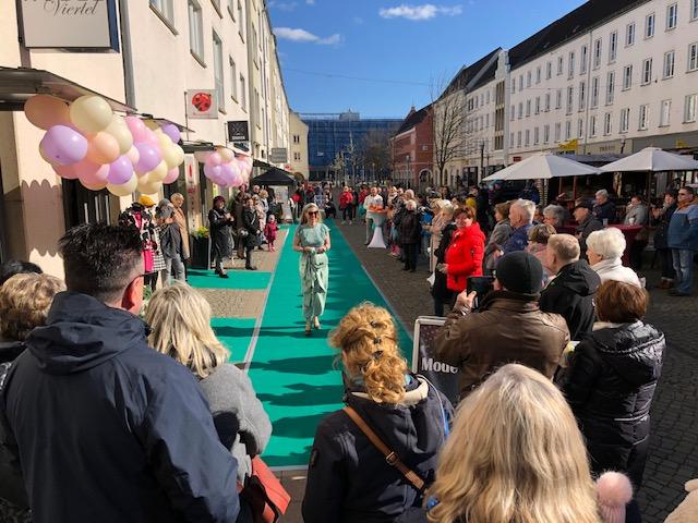 Modenschau in der Innenstadt Neubrandenburg