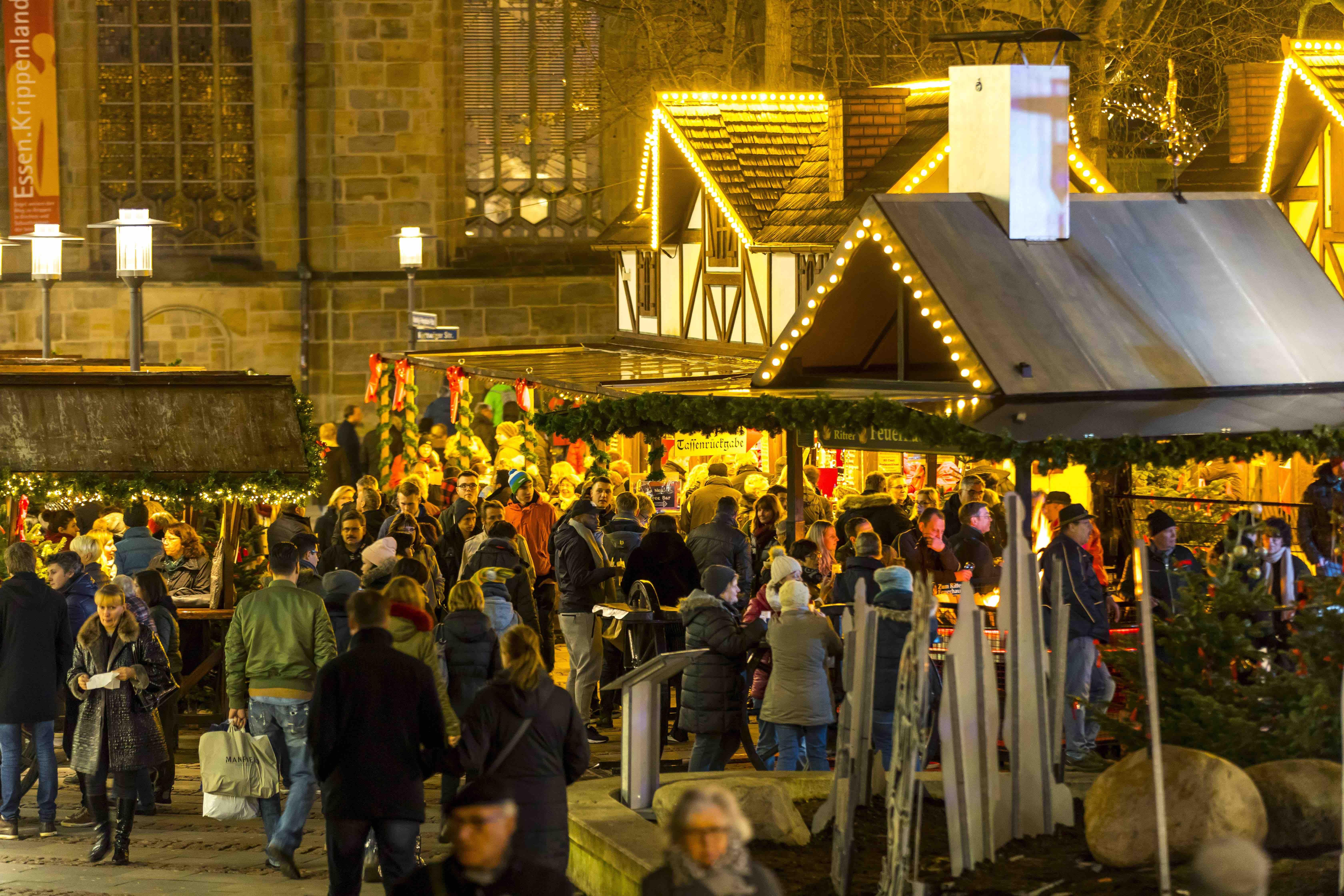 Weihnachtsmärkte und die Beleuchtung sorgen für mehr Leben in der Innenstadt - wie hier in Essen