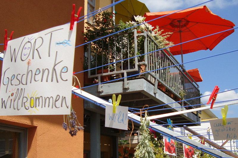 Wortgeschenke willkommen steht  auf einem Schild vor dem Balkon