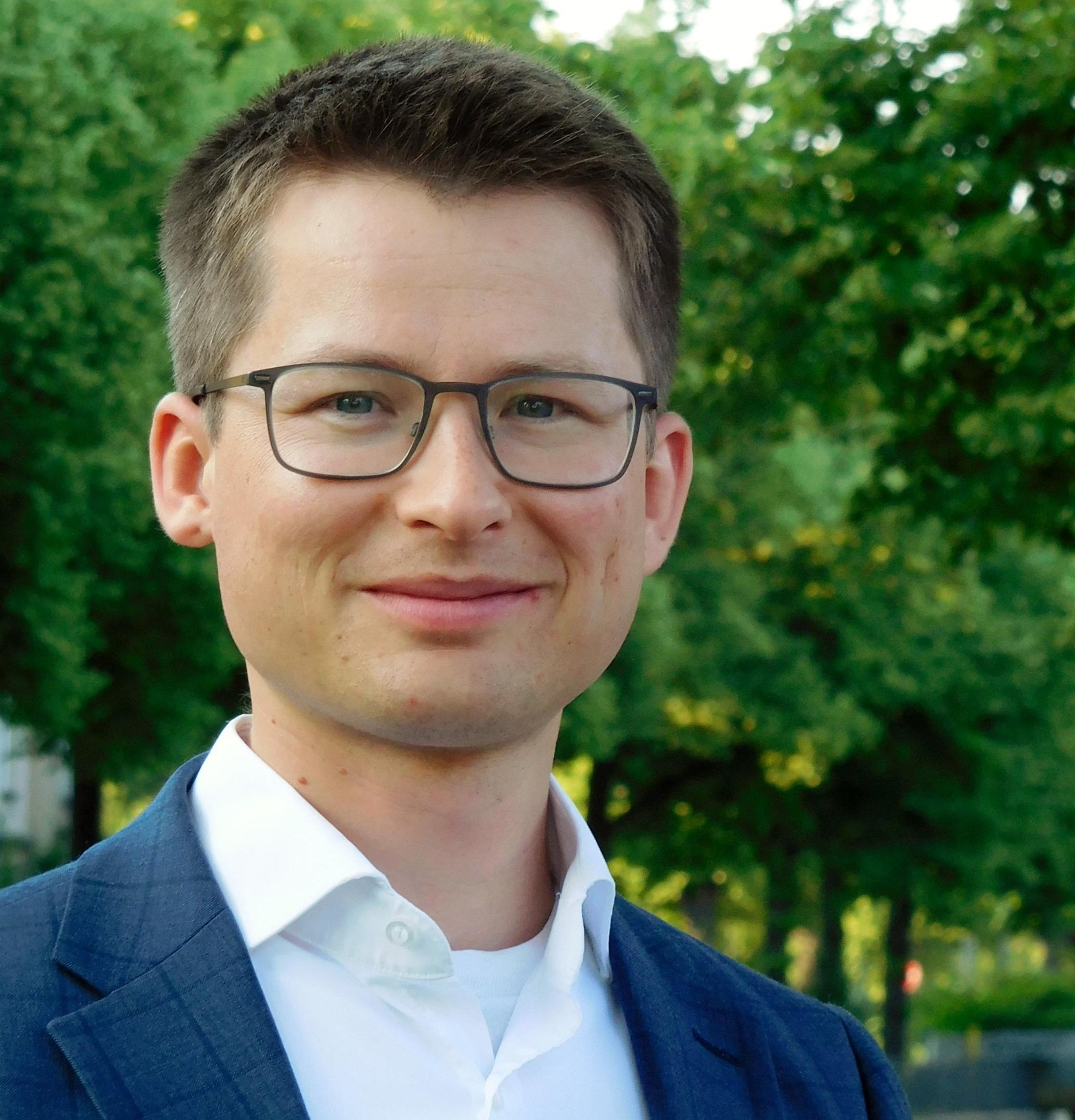 Felix Rösel studierte in Erfurt und Dresden und arbeitet an der Dresdner Niederlassung des ifo In-stituts.