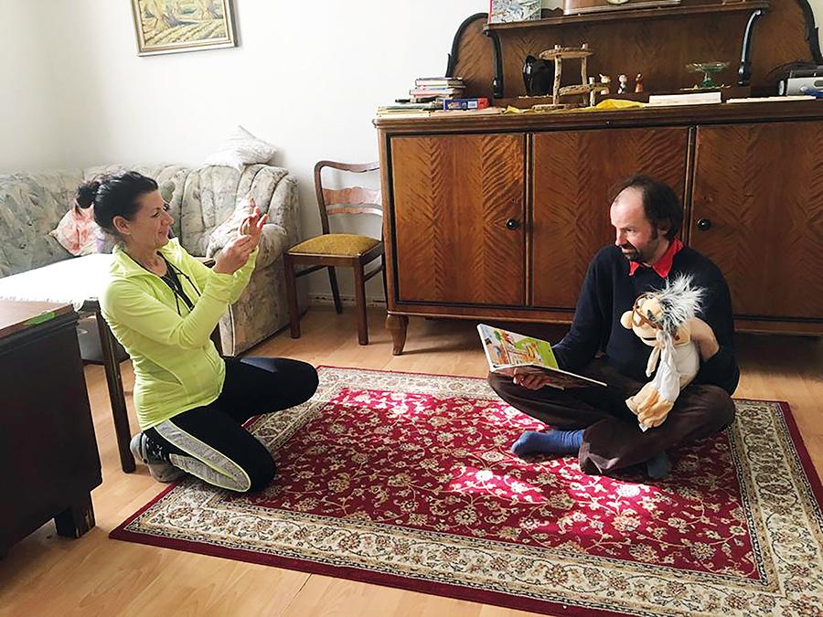 Erzieher der Kita Mandala nehmen ein Video für die Kita-Kinder zu Hause auf.