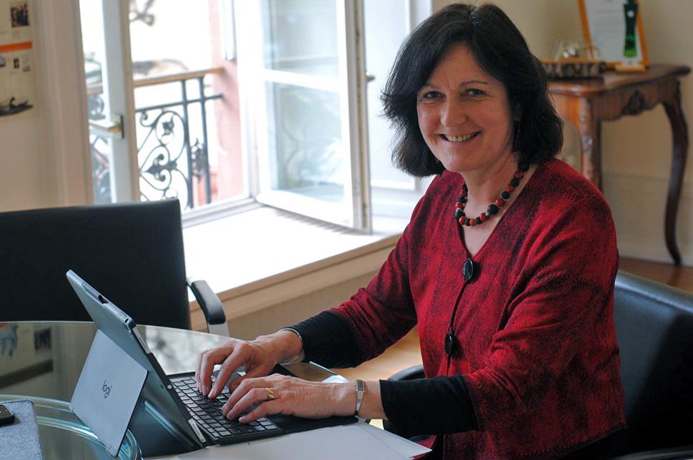 Oberbürgermeisterin Margret Mergen chattet auf Whatsapp mit ihren Bürgern