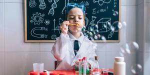 Experimente in der Schule, wie dieses, sind wichtig für den Lernprozess. Der Bildungsmonitor gibt Grund zur Sorge.