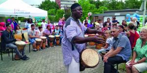 Eine Nachbarschaft in Jülich feiert ihre bunte Vielfalt.