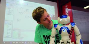In der Stadtbibliothek Köln können Nutzer mit dem Roboter NAO experimentieren.