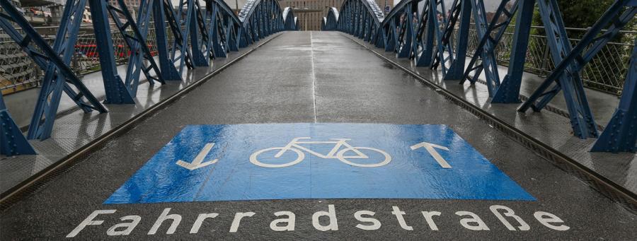 Immer mehr Kommunen bauen Fahrradstraßen, um den Radverkehr zu fördern