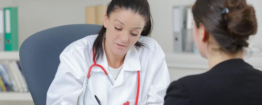 Ein Landarzt in seiner Praxis