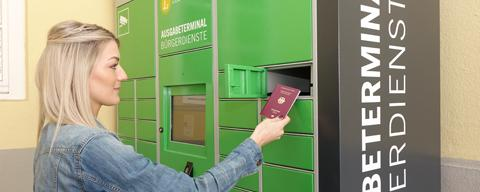 Julia Töpfer vom Ludwigsburger Bürgerbüro zeigt, wie der Ausweis-Automat funktioniert