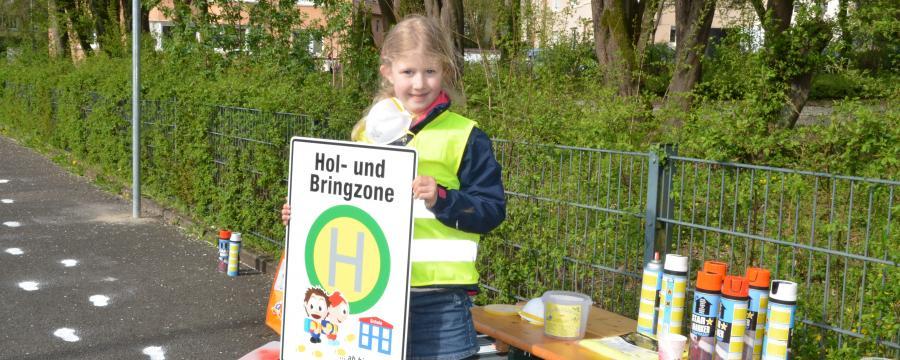 Hol- und Bringzonen sollen Elterntaxis von der Schule fernhalten.