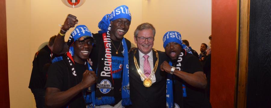 Dreier feiert mit Spielern den Aufstieg in die erste Bundesliga