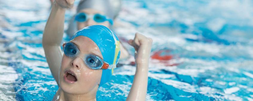 Der Schwimmunterricht in Schulen in eigentlich Pflicht - er fällt aber immer häufiger aus. Einige Kommunen steuern nun gegen - wir zeigen Beispiele und Tipps aus dem Südwesten