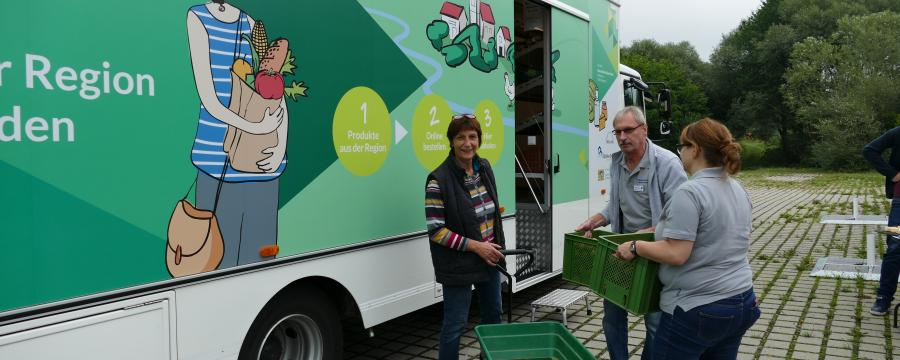 Eine Landwirtin bringt Kartoffeln zum mobilen Dorfladen.