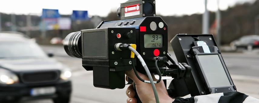 Radarfallen sind vielen Autofahrern ein Ärgernis - vor Gericht gewann nun ein Autofahrer - der Grund: Die Kommune hatte eine private Firma hinzugezogen - ein Urteil mit Grundsatzcharakter!