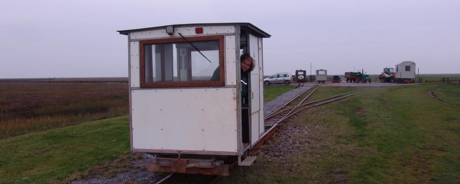 Ruth Hartwig-Kruse fährt jeden Tag mit der Schmalspurbahn zum Rathaus von Nordstrand.