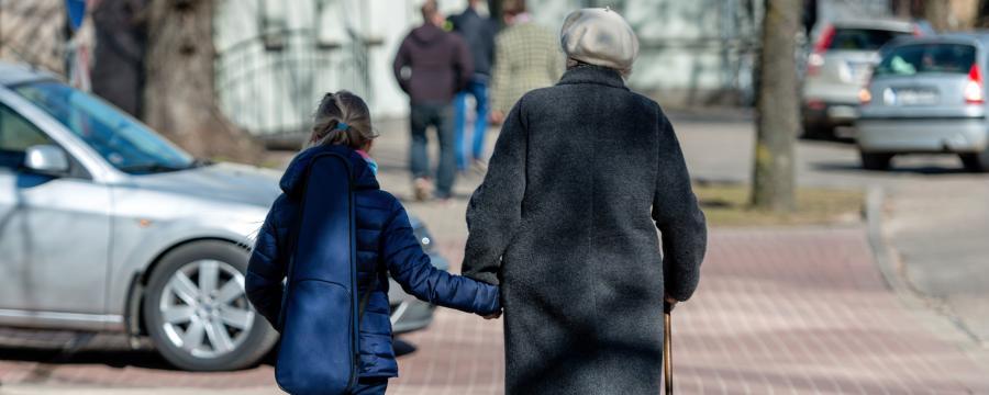 Eine Rentnerin ist mit ihrer Enkeltochter unterwegs.
