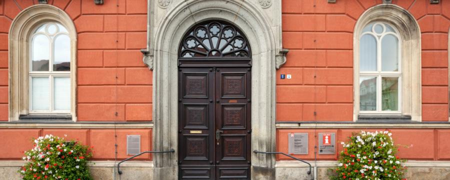 Die Rathaustür der Lessingstadt Kamenz - das Vertrauen in Bürgermeister und Stadträte ist deutschlandweit deutlich gestiegen