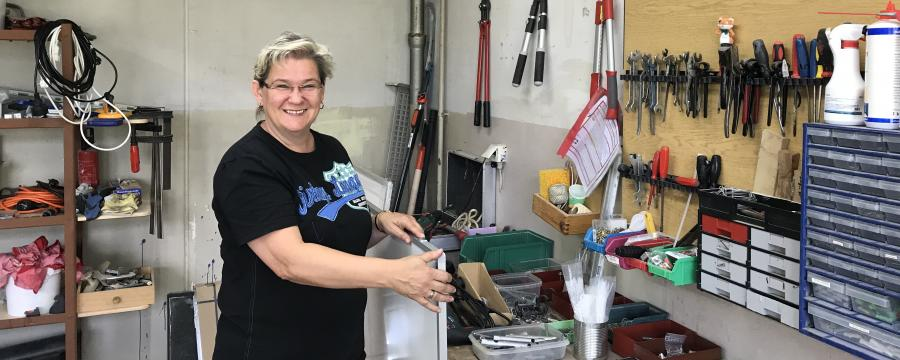 Schulhausmeisterin Kathrin Schumann in ihrer Werkstatt