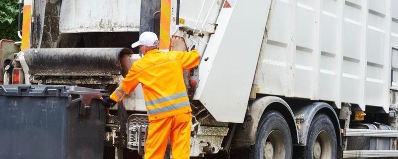 Die Müllabfuhr holt Müll ab - Müllpresse