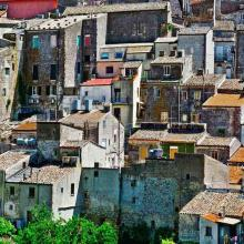 Blick auf die Innenstadt von Mussomeli in Sizilien - viele Häuser in der Innenstadt sind verlassen