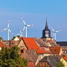 Windenergie direkt neben der Stadt