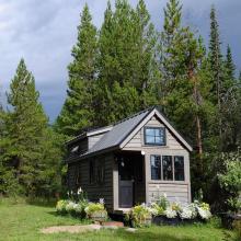 Tiny Houses gelten als neue, moderne Möglichkeit im Kampf gegen Wohnungsmangel - doch sie sind viel mehr. Das zeigt sich auch, weil konkrete Planungen vor allem in kleineren Kommunen laufen - aus guten Gründen!