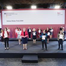 Bundesministerin Giffey mit Kommunalpolitikerinnen bei der Verleihung Helene Weber-Preis