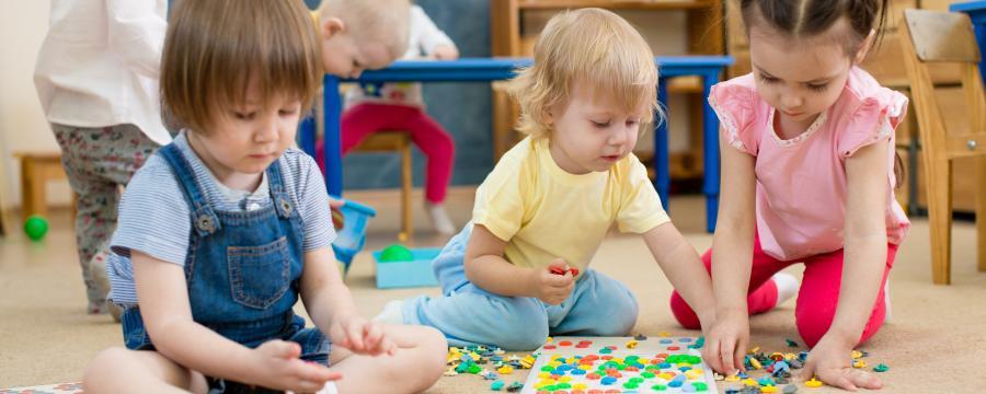 Kinder beim Spielen in der Kita