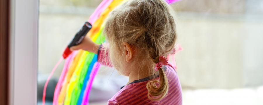 Kita-Kind malt Regenbogen