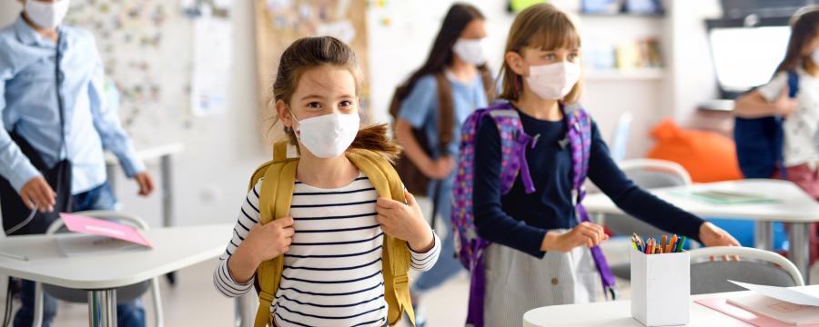 Schulkinder mit Maske in der Klasse
