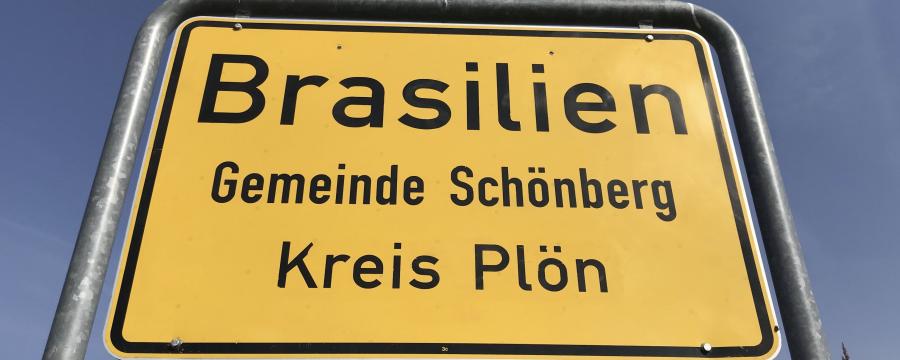 Skurrile Orte haben häufig ein Problem mit Diebstählen von Ortsschildern - so auch Brasilien in Schleswig-Holstein. ein Ort will sich aber nun umbenennen - nicht nur wegen der Diebstähle!