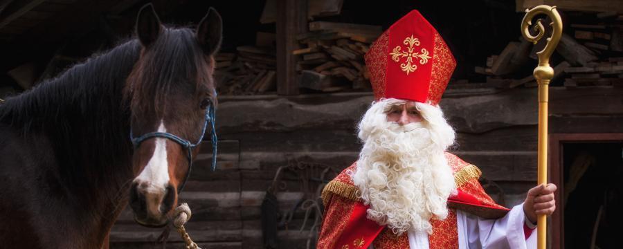 Der Nikolaus mit Pferd.
