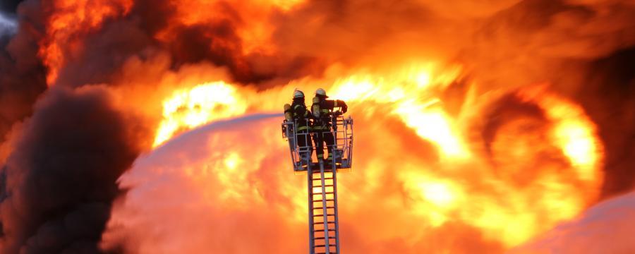 Feuerwehr kämpft gegen Flammen
