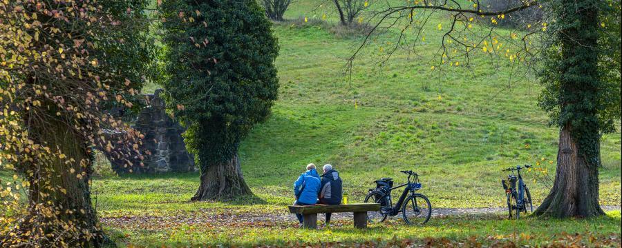 Klimatrainer Senioren mit dem Fahrrad im Wald
