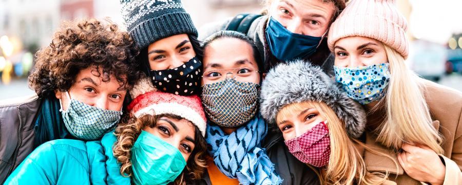 Jugendliche mit Masken im Freien