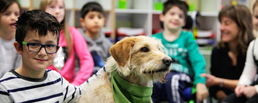 Kinder an der Franz-Leuninger-Schule mit Hund