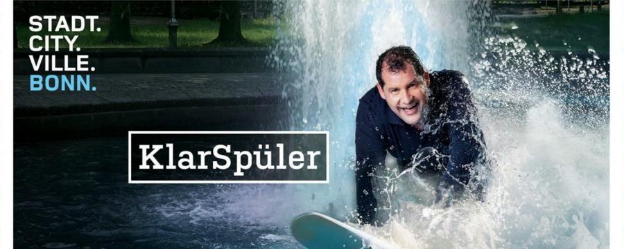 Bonn wirbt mit Kampagne um Bewerber - Mann surft auf Welle