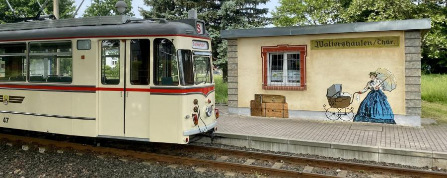 Graffiti-Kunst an den Haltestellen der Thüringer Waldbahn. Sorgsam konzipiert und mühevoll gemalt, werden sie auch von den schlimmsten Schmierfinken gewürdigt.