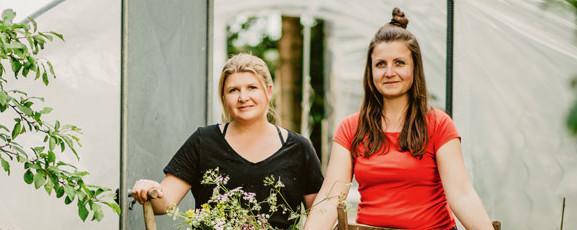 Lisa Grindmayer (inks) und Stephanie Haßelbeck sind auf den Bauernhof ihrer Kindheit zurückgekehrt.