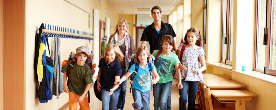 Grundschulkinder gehen meist gern zur Schule.
