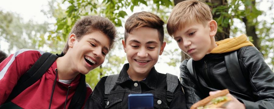 Kinder bestaunen Smartphone